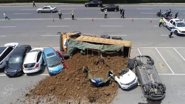 载黄土工程车侧翻,多辆小车被掩埋