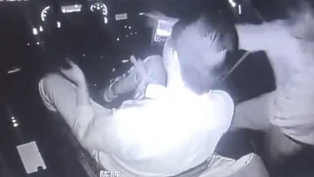 他凌晨抢公交方向盘,司机一键报警