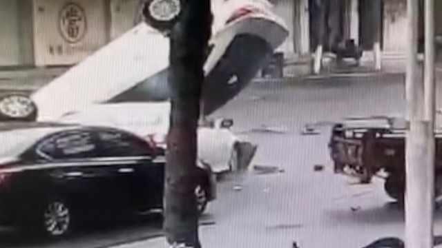 小车撞毁防护栏,