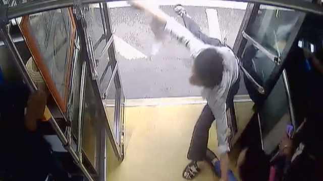 男子公交扒窃被抓,竟有人替他说情