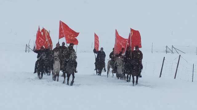 马背上的青年:冒雪看望牧民讲政策