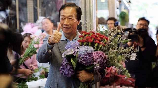 郭台铭为前妻买花,沾口水数钞票