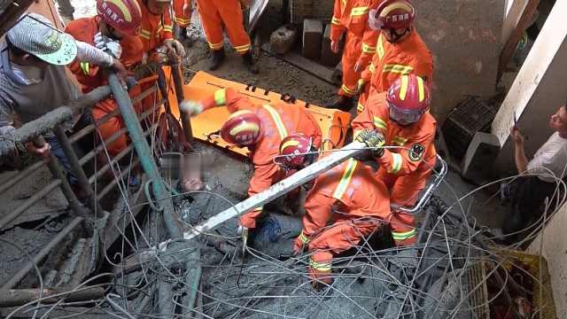 工地吊机滑落,一名工人坠楼被压