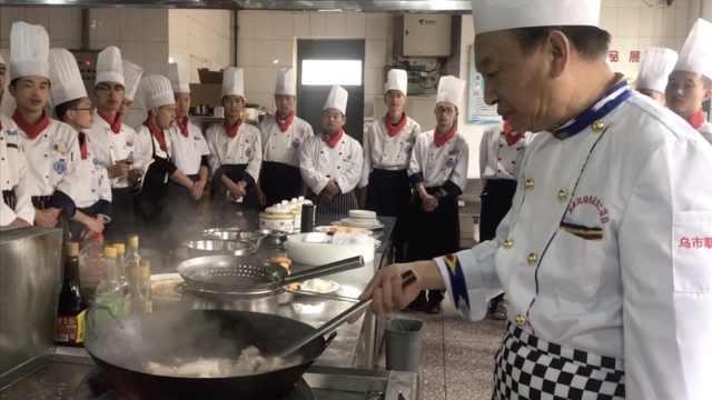 中国烹饪大师现场教学生做馕包肉