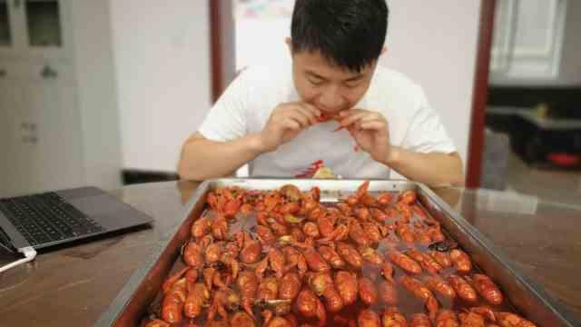 小伙开网店直播吃虾,一年吃上万只