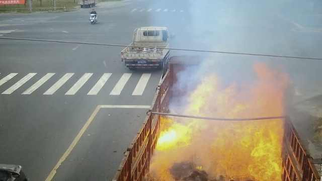 大货车自燃起大火,洒水车变消防车