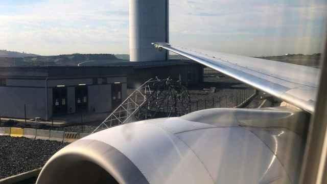 土耳其波音777客机撞断机场信号塔