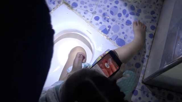 4岁萌娃脚卡便池,见消防秒变话痨
