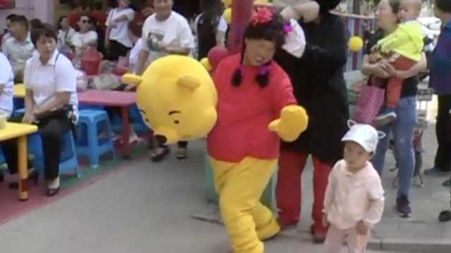 有爱!奶奶扮熊与娃过节:重返18岁
