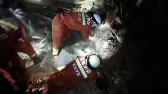 房屋坍塌1人被埋,消防徒手刨出伤者