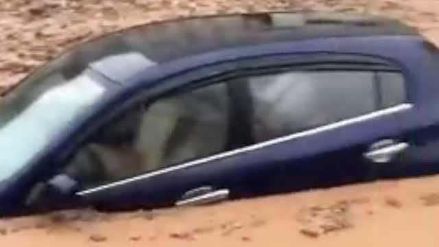 广东暴雨山体滑坡,泥石流淹没小车