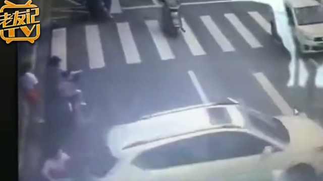 柳州小车后溜撞婴儿车车内男童身亡