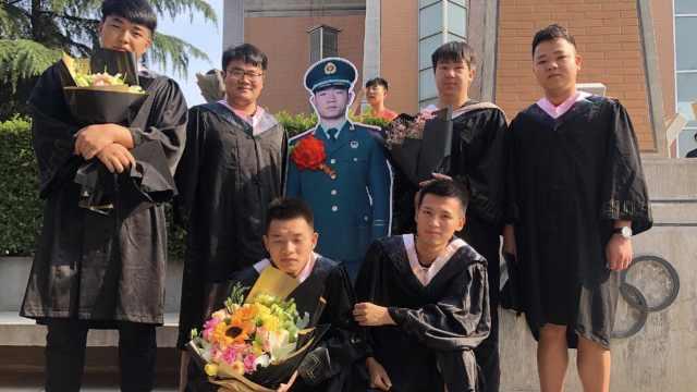 他没空回校,同学做立牌巡礼式拍照