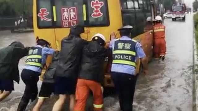 贵州多地遭暴雨,消防洪水中推校车