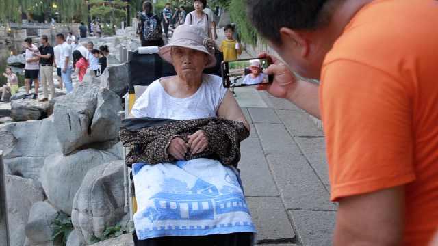 点赞!60岁儿子推85岁患病母亲散心