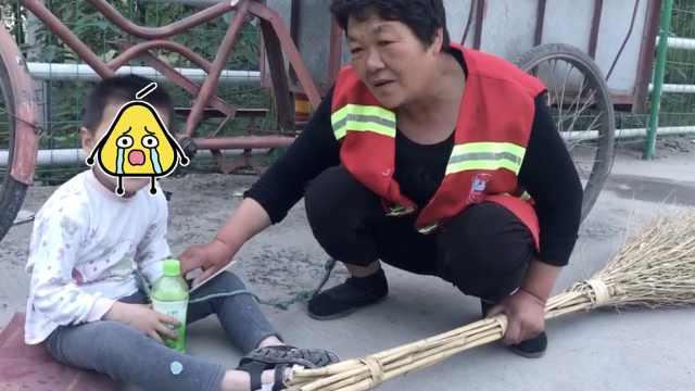 环卫奶奶把幼孙拴车上4年,原因泪目