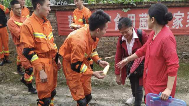 宜宾震后第1天,市民煮玉米送到现场