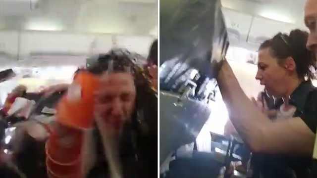 客机突遇强气流,空姐和餐车被甩飞