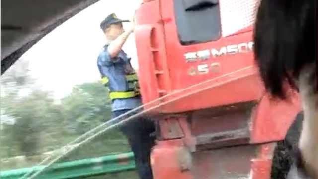 货车为躲处罚,顶执法队员逃15公里