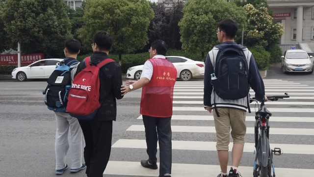 中学校长5年如一日,护送学生过马路