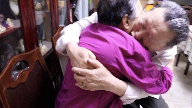 8旬老夫妻补恋爱课,坚持8年练拥抱
