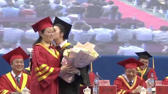 女生毕业典礼亲女校长:她就像妈妈