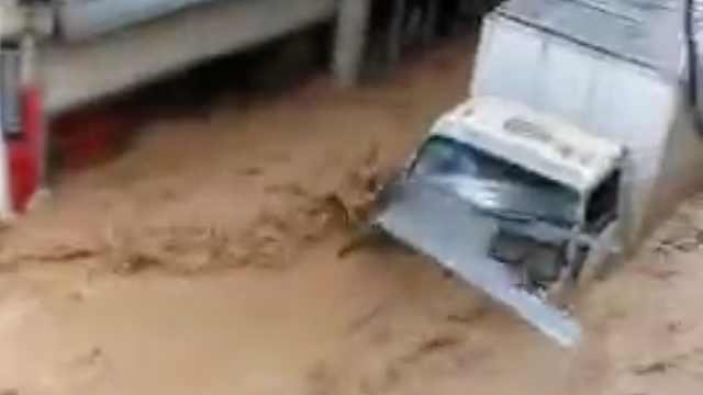 广西苍梧暴雨致洪水,大货车被冲走