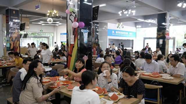 12万饺子1吨瓜!4千毕业生吃免费餐