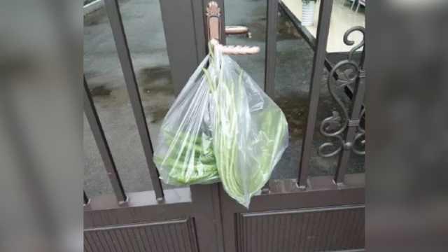 老夫妻到派出所门上挂菜,真相太暖