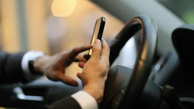 澳或颁最严交规,开车玩手机销驾照