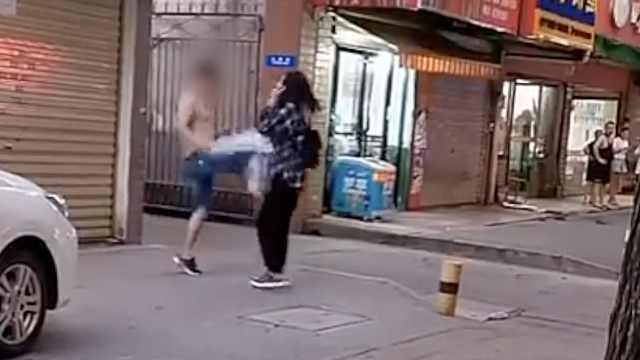 男子当街踢打女孩20分钟,警方介入