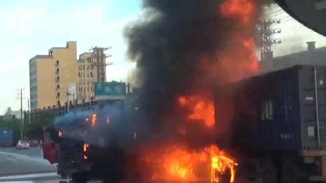 泉州两货车相撞失火,消防紧急排险