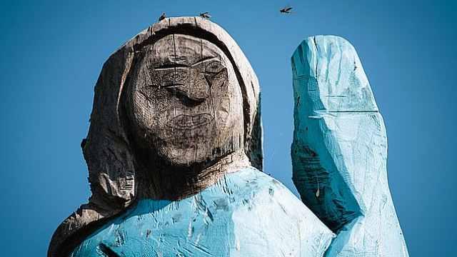 家乡为美第一夫人立雕像,被喷丑哭