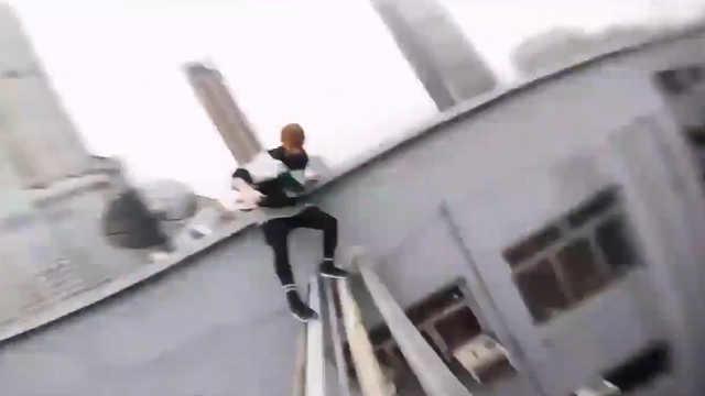国外跑酷爱好者在中国楼顶跑酷挑战