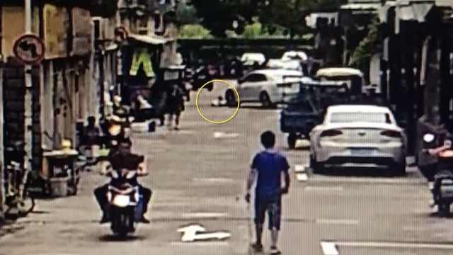 1岁半男孩在小区被车撞倒,不幸身亡