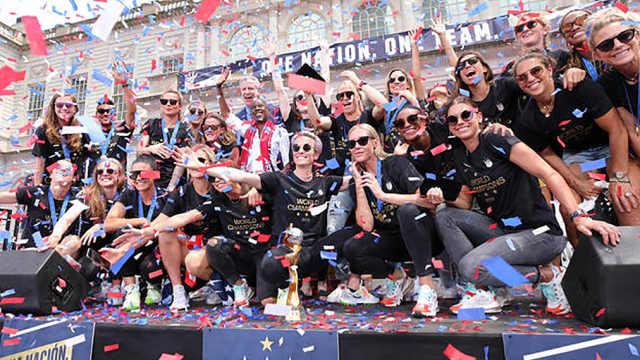 美国女足在纽约欢庆世界杯夺冠