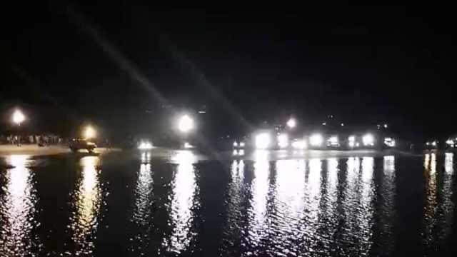 6学生溺水,河边一排车开大灯助打捞