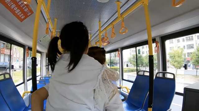 感动!公交司机背脑瘫女童出行3年