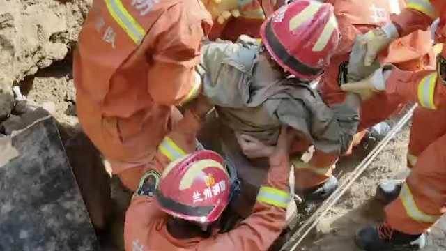 工程塌方2工人被埋,消防刨土救出