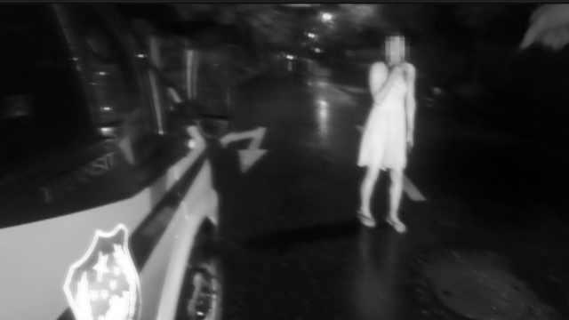 她冒雨送饭,见夫给女同事撑伞崩溃