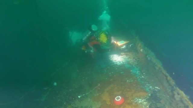 潜水员从二战沉船中抽出170万升油