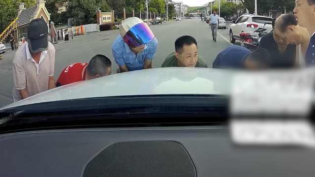 路人被卷车底,1分钟跑来10多人抬车