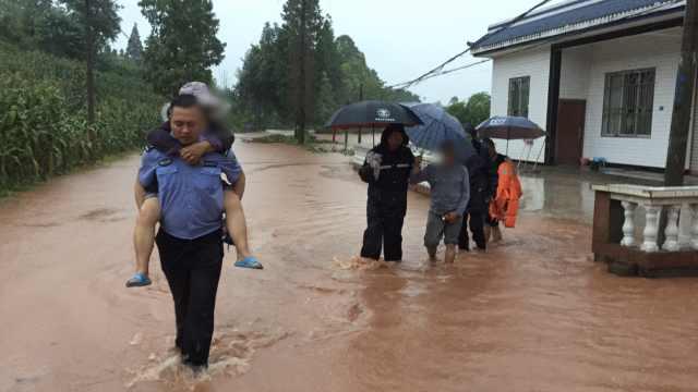 眉山暴雨致街道水深2米,千人救援