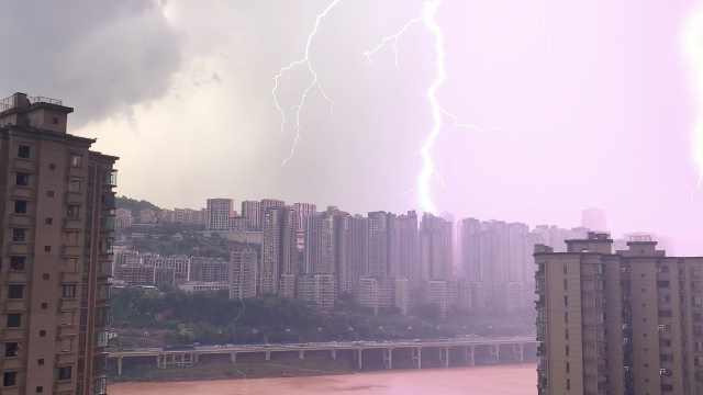 重庆暴雨!黑云压城区,暴雨如瀑布