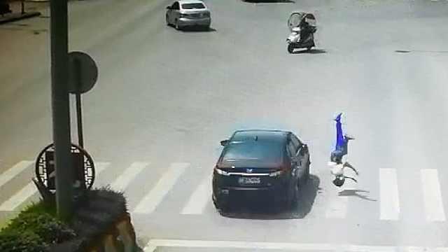 学生飞奔横穿马路,遭抢灯小车撞飞