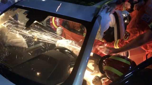 护栏刺穿司机身体,消防大喊5声别睡