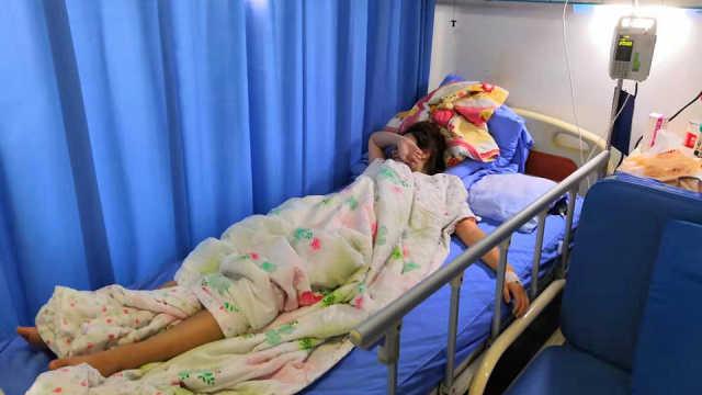 她和闺蜜PK,1000个深蹲后双双住院