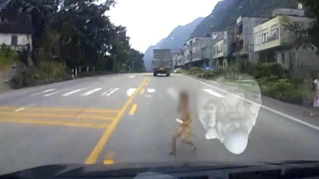 4岁男孩突然横穿马路,瞬间被撞飞