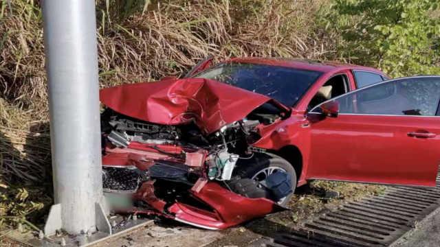 夫妻高速上拌嘴,妻拉方向盘车撞烂