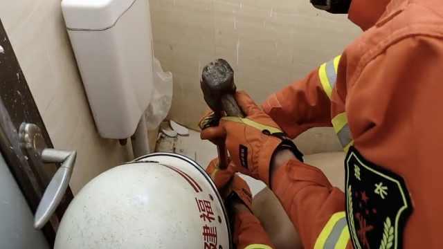 男子便池捡牙刷被卡,消防紧急破拆